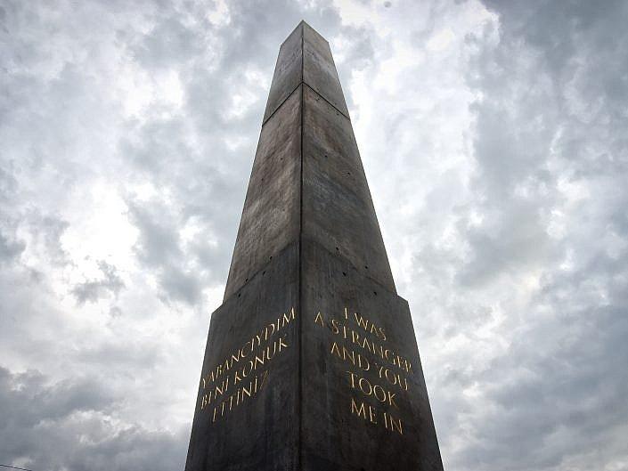 Der Obelisk von Olu Oguibe am Königsplatz, Kassel - Documenta 14